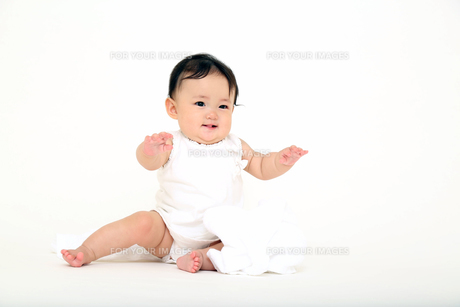 屋内白バックでお座りする新生児の赤ちゃん。新生児、赤ちゃん、育児、健康、愛、幸せイメージの写真素材 [FYI01227912]