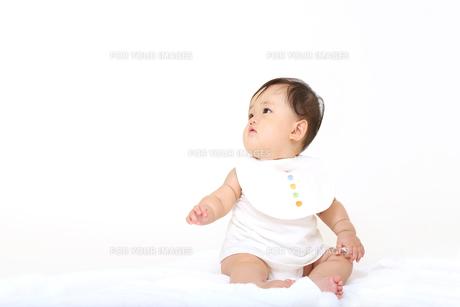 屋内白バックでお座りする新生児の赤ちゃん。新生児、赤ちゃん、育児、健康、愛、幸せイメージの写真素材 [FYI01227926]