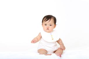 屋内白バックでお座りする新生児の赤ちゃん。新生児、赤ちゃん、育児、健康、愛、幸せイメージの写真素材 [FYI01227927]
