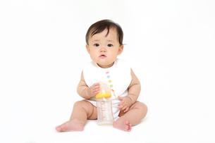 屋内白バックでお座りする新生児の赤ちゃん。新生児、赤ちゃん、育児、健康、愛、幸せイメージの写真素材 [FYI01227939]