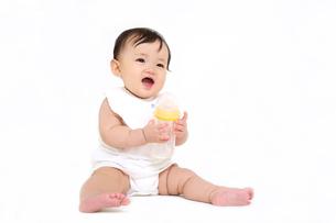 屋内白バックでお座りする新生児の赤ちゃん。新生児、赤ちゃん、育児、健康、愛、幸せイメージの写真素材 [FYI01227942]