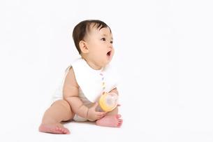 屋内白バックでお座りする新生児の赤ちゃん。新生児、赤ちゃん、育児、健康、愛、幸せイメージの写真素材 [FYI01227944]