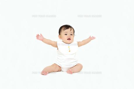 屋内白バックでお座りする新生児の赤ちゃん。新生児、赤ちゃん、育児、健康、愛、幸せイメージの写真素材 [FYI01227957]