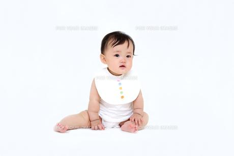 屋内白バックでお座りする新生児の赤ちゃん。新生児、赤ちゃん、育児、健康、愛、幸せイメージの写真素材 [FYI01227959]