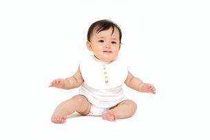 屋内白バックでお座りする新生児の赤ちゃん。新生児、赤ちゃん、育児、健康、愛、幸せイメージの写真素材 [FYI01227960]