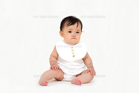 屋内白バックでお座りする新生児の赤ちゃん。新生児、赤ちゃん、育児、健康、愛、幸せイメージの写真素材 [FYI01227961]