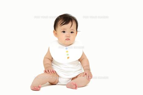 屋内白バックでお座りする新生児の赤ちゃん。新生児、赤ちゃん、育児、健康、愛、幸せイメージの写真素材 [FYI01227962]