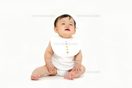 屋内白バックでお座りする新生児の赤ちゃん。新生児、赤ちゃん、育児、健康、愛、幸せイメージの写真素材 [FYI01227963]