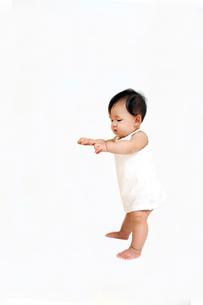 赤ちゃんのつかまり立ち姿勢。初めて立つ姿。赤ちゃん、立つ、成長、健康イメージの写真素材 [FYI01227973]