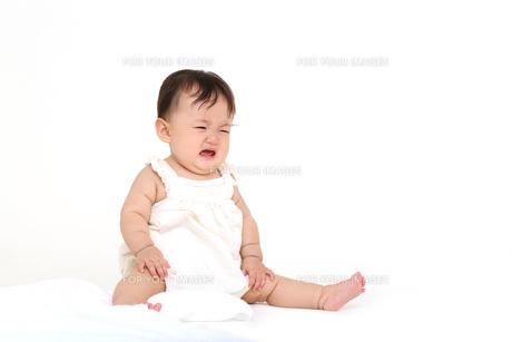 屋内白バックでお座りする新生児の赤ちゃん。新生児、赤ちゃん、育児、健康、愛、幸せイメージの写真素材 [FYI01227976]