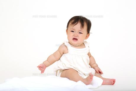 屋内白バックでお座りする新生児の赤ちゃん。新生児、赤ちゃん、育児、健康、愛、幸せイメージの写真素材 [FYI01227979]