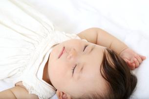 新生児赤ちゃんの寝顔のアップ。赤ちゃん、新生児、育児、愛情、子育てイメージの写真素材 [FYI01227981]