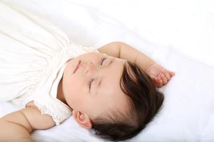 新生児赤ちゃんの寝顔のアップ。赤ちゃん、新生児、育児、愛情、子育てイメージの写真素材 [FYI01227982]