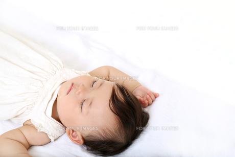 新生児赤ちゃんの寝顔のアップ。赤ちゃん、新生児、育児、愛情、子育てイメージの写真素材 [FYI01227983]