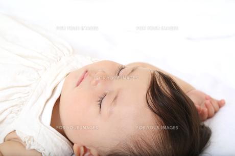 新生児赤ちゃんの寝顔のアップ。赤ちゃん、新生児、育児、愛情、子育てイメージの写真素材 [FYI01227984]