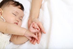 新生児赤ちゃんの寝顔のアップ。赤ちゃん、新生児、育児、愛情、子育てイメージの写真素材 [FYI01227986]