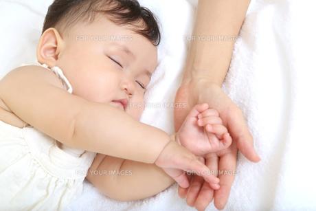 新生児赤ちゃんの寝顔のアップ。赤ちゃん、新生児、育児、愛情、子育てイメージの写真素材 [FYI01227987]