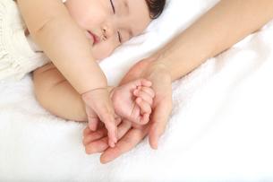 新生児赤ちゃんの寝顔のアップ。赤ちゃん、新生児、育児、愛情、子育てイメージの写真素材 [FYI01227988]