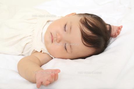 新生児赤ちゃんの寝顔のアップ。赤ちゃん、新生児、育児、愛情、子育てイメージの写真素材 [FYI01227989]