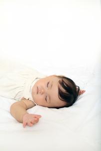 新生児赤ちゃんの寝顔のアップ。赤ちゃん、新生児、育児、愛情、子育てイメージの写真素材 [FYI01227990]