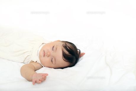 新生児赤ちゃんの寝顔のアップ。赤ちゃん、新生児、育児、愛情、子育てイメージの写真素材 [FYI01227991]