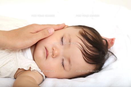新生児赤ちゃんの寝顔のアップ。赤ちゃん、新生児、育児、愛情、子育てイメージの写真素材 [FYI01227992]