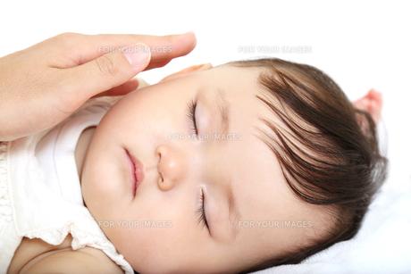 新生児赤ちゃんの寝顔のアップ。赤ちゃん、新生児、育児、愛情、子育てイメージの写真素材 [FYI01227993]