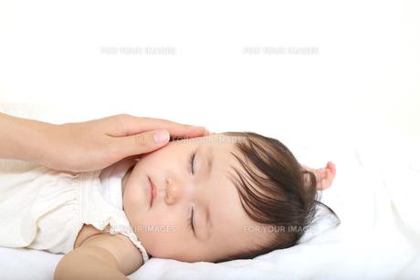 新生児赤ちゃんの寝顔のアップ。赤ちゃん、新生児、育児、愛情、子育てイメージの写真素材 [FYI01227994]