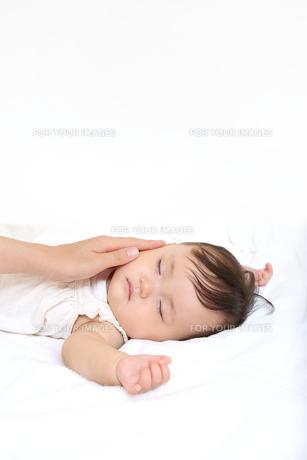 新生児赤ちゃんの寝顔のアップ。赤ちゃん、新生児、育児、愛情、子育てイメージの写真素材 [FYI01227995]