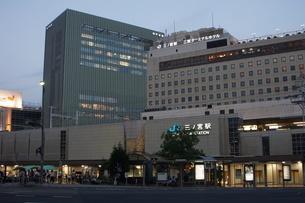 JR三ノ宮駅の風景(夕景)の写真素材 [FYI01228238]