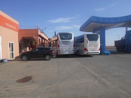 バスが止まるドライブインinアフリカの写真素材 [FYI01228243]