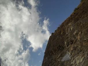 崖の近くで空を見上げるinアフリカの写真素材 [FYI01228261]