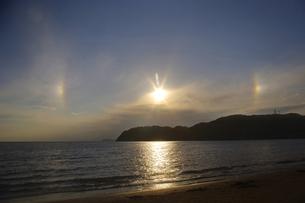 逗子海岸から撮った太陽の幻日現象の写真素材 [FYI01228323]