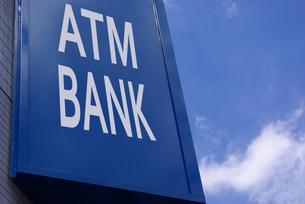 ATMとBANKの屋外看板の写真素材 [FYI01228328]