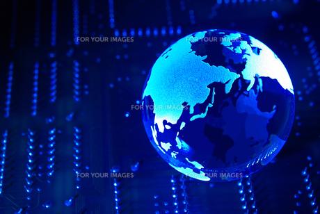 未来イメージの青い地球と基板の写真素材 [FYI01228342]