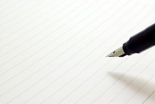 万年筆でノートに書くの写真素材 [FYI01228351]