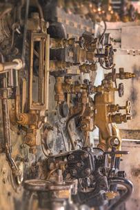 飛鳥山公園にある蒸気機関の圧力計と給水ポンプの写真素材 [FYI01228453]