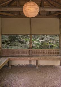 六義園の滝見茶屋を照らす和紙制のランタンの写真素材 [FYI01228486]