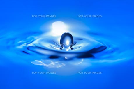 青い色の水滴のクローズアップの写真素材 [FYI01228508]
