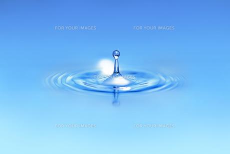 青い色の水滴の写真素材 [FYI01228509]