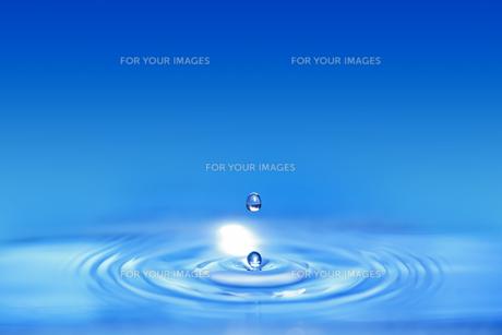 青い色の水滴の写真素材 [FYI01228510]