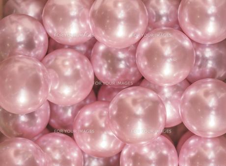 輝くピンク色のビー玉の宝石の写真素材 [FYI01228513]