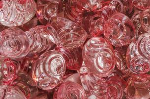 透明な赤い色のボタンのクローズアップの写真素材 [FYI01228516]