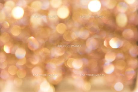 光でゴールデンに輝く真珠と宝石のフェアリーな玉ボケのぼかしテクスチャーの背景。の写真素材 [FYI01228517]
