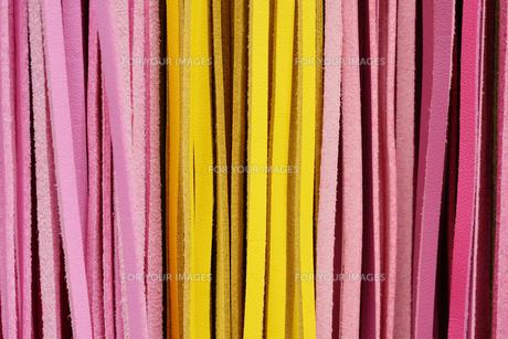 黄色いとピンクの皮革製品のレザーストラップの写真素材 [FYI01228519]