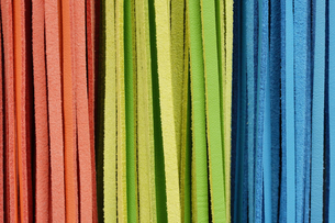 三色の皮革製品のレザーストラップの写真素材 [FYI01228520]