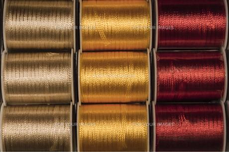 三色の縫い糸のリールの写真素材 [FYI01228521]