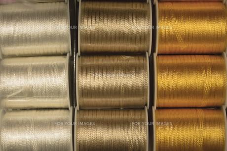 三色の縫い糸のリールの写真素材 [FYI01228522]