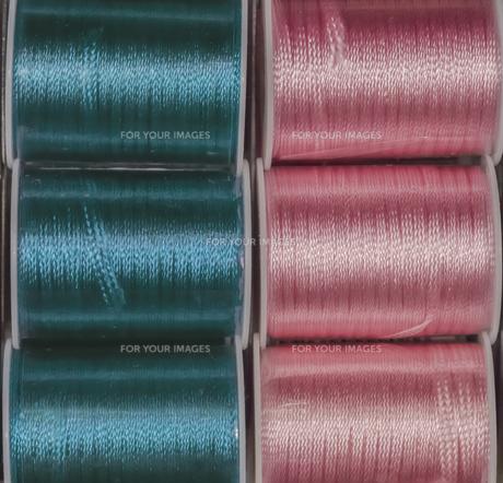 ピンクとブルー色の縫い糸のリールの写真素材 [FYI01228523]