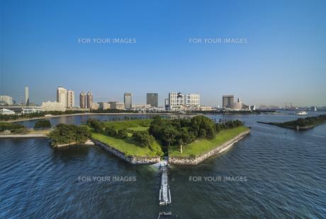 レインボーブリッジのプロムナードから見た台場公園の芝生広場と海浜公園の海揃いのビル群の風景写真。の写真素材 [FYI01228530]
